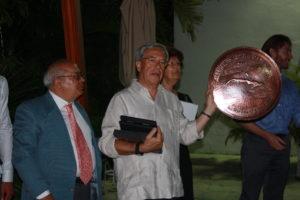 Il Prof. Cosentino consegna un presente all'Ambasciatore S.E. Marco Baccin